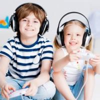 gutt og jente spiller konsoll